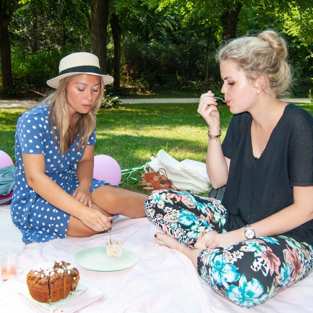 Zwei Frauen beim Cookie Dough Picknick im Park