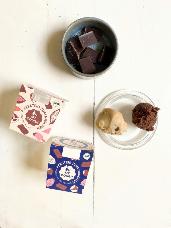 Zutaten für die Ostereier mit Keksteigfüllung. Zartbitterschokolade und OH MY DOUGH Keksteig zum Löffeln