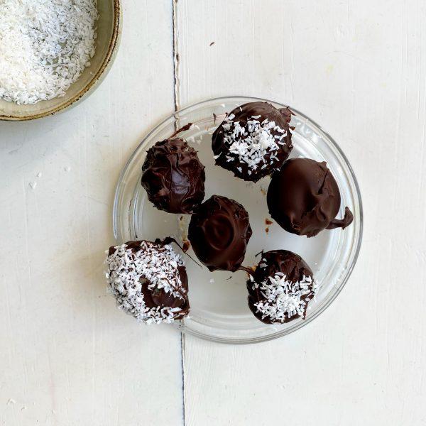 Schoko-Ostereier mit cremiger Keksteigfüllung und Kokosraspeln