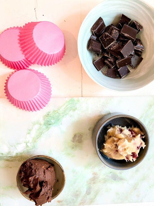Die Zutaten für die Choco Cups. Zartbitterschokolade, Muffinformen und Keksteig zum Naschen