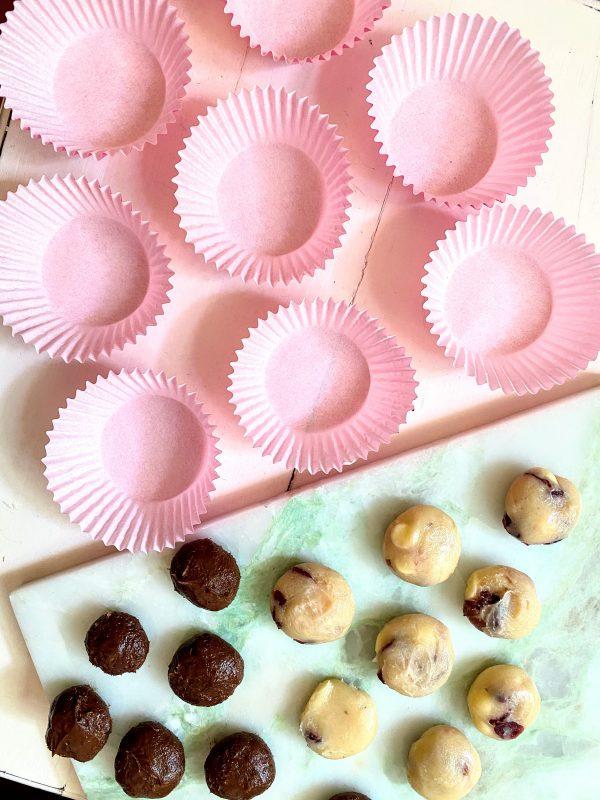 Der Keksteig zum Naschen wurde in Kugeln geformt. Außerdem stehen die Muffinformen bereit.