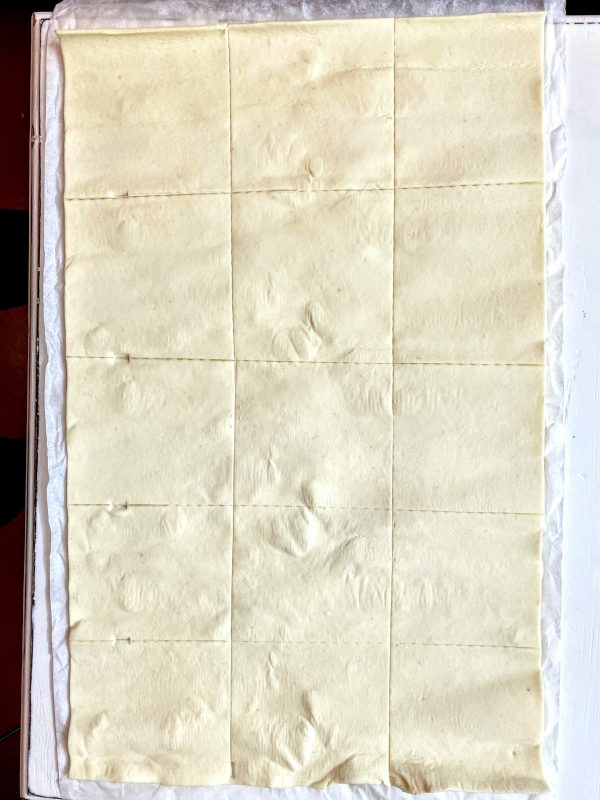 Blätterteig unterteilt in 15 Vierecke