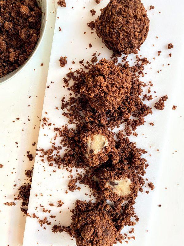 Die fertigen Brownie-Bällchen mit Keksteigfüllung